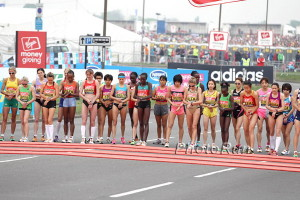 Atlete alla partenza con il dito sul cronometro